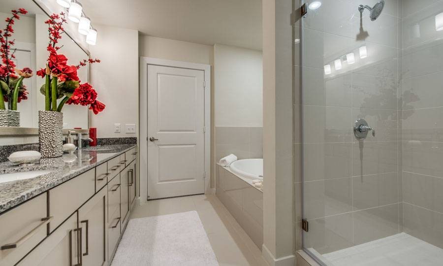 Galleria Apartments | 1900 Yorktown Houston Galleria Apartments - Apartment Bathroom